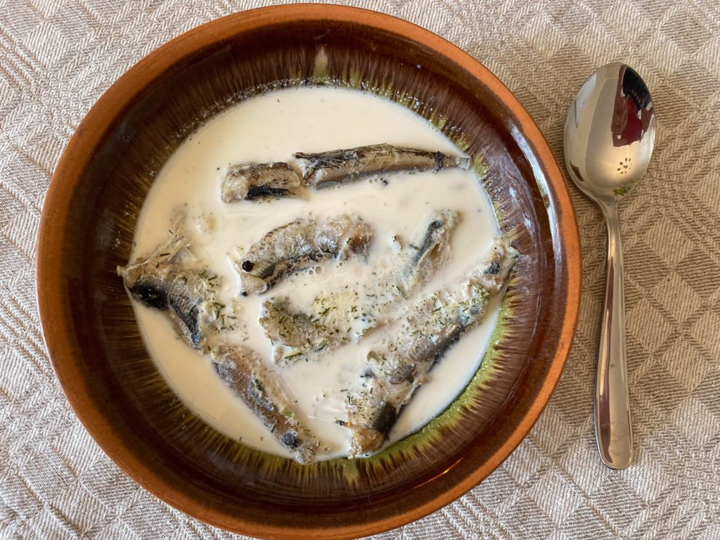 Pienā vārītas reņģes ar kartupeļiem